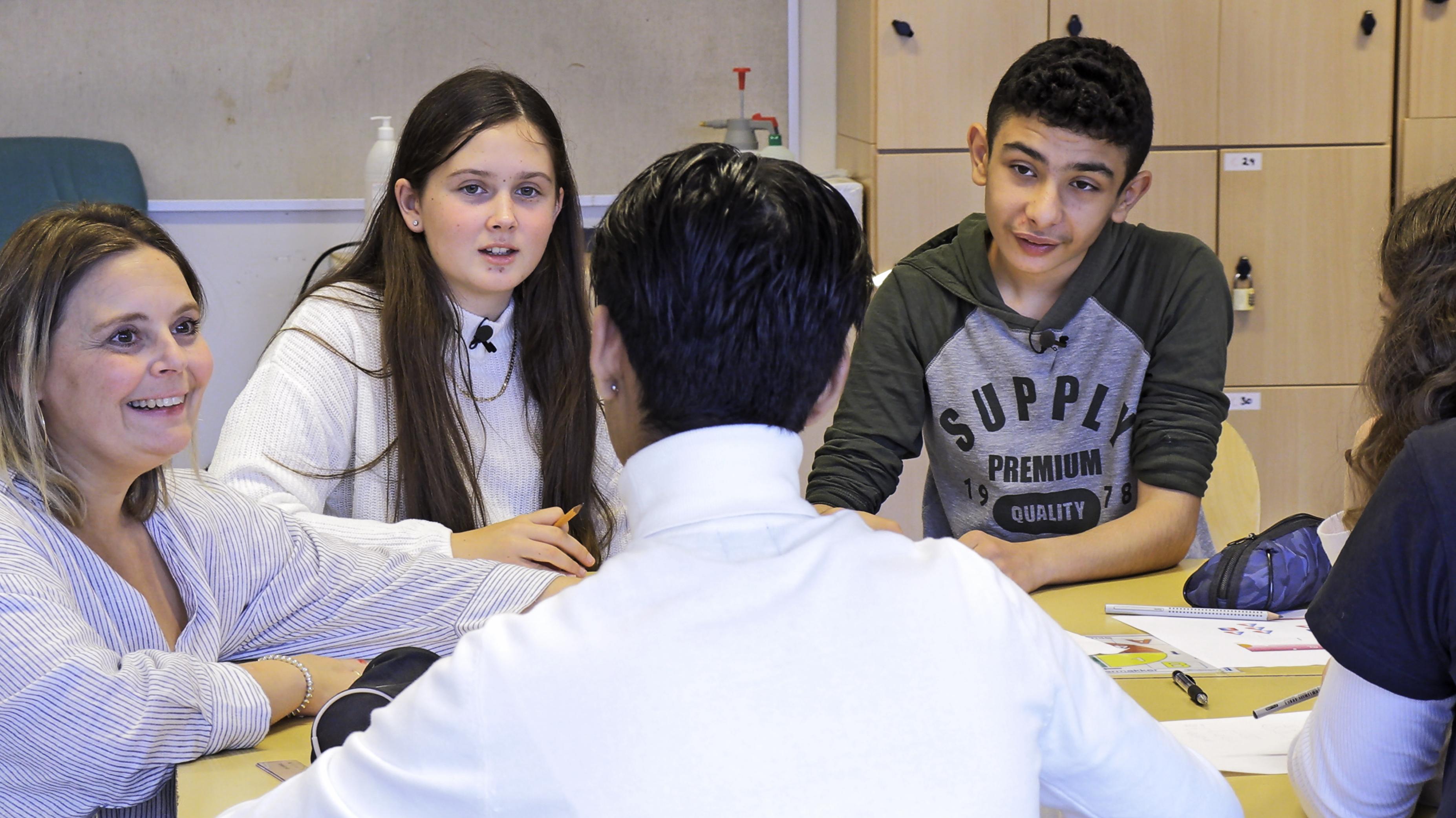 Elever og lærer i diskusjon